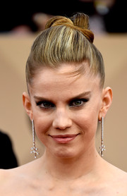 Anna Chlumsky worked an ultra-modern vibe with this origami-inspired updo at the SAG Awards.