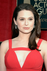 Katie Lowes looked sweet and pretty wearing this side-parted 'do with barely-there waves at the SAG Awards.