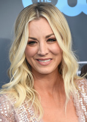 Kaley Cuoco looked charming with her boho waves at the 2018 Critics' Choice Awards.