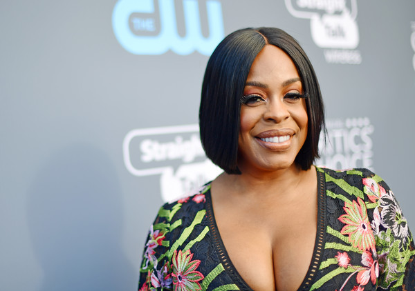 Niecy Nash styled her hair into a sleek center-parted bob for the 2018 Critics' Choice Awards.