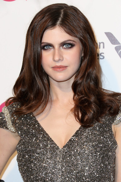 Alexandra Daddario looked gorgeous wearing her lush locks with curly ends during Elton John's Oscar-viewing party.