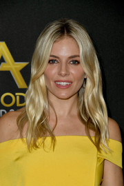 Sienna Miller stuck to her signature center-parted waves at the 2019 Hollywood Film Awards.
