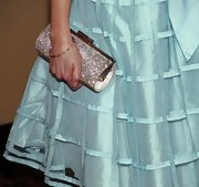 Zooey Deschanel jazzed up her soft blue dress with a sparkling gemstone buckled clutch. We bet you can spot this clutch from miles away. Bling Bling!