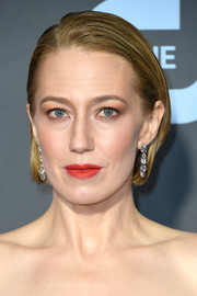 Carrie Coon wore her hair in a slick bob at the 2019 Critics' Choice Awards.