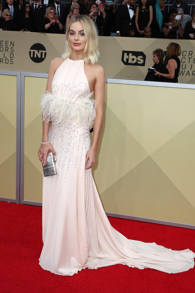 Margot Robbie paired her dress with a silver clutch by Jimmy Choo.
