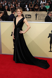 Felicity Huffman glammed it up in a plunging black fishtail gown by Monsoori at the 2018 SAG Awards.