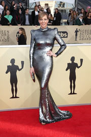 Allison Janney looked absolutely fierce in a gunmetal paillette mermaid gown by Yanina Couture at the 2018 SAG Awards.