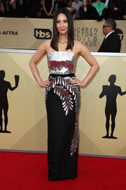 Olivia Munn channeled her inner pageant queen in a strapless silver and black column dress by Oscar de la Renta at the 2018 SAG Awards.