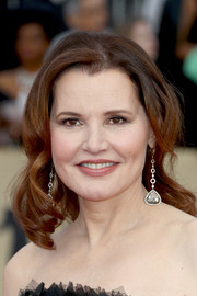 Geena Davis attended the 2018 SAG Awards wearing a center-parted 'do with curly ends.