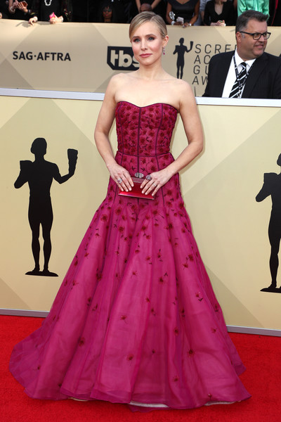 Kristen Bell paired her dress with a Judith Leiber hard-case clutch in a matching hue.