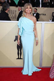 Goldie Hawn was a breath of fresh air in this flowy turquoise one-shoulder gown by Monique Lhuillier at the 2018 SAG Awards.