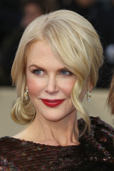 Nicole Kidman polished off her look with a pair of dangling gemstone earrings by Harry Winston.