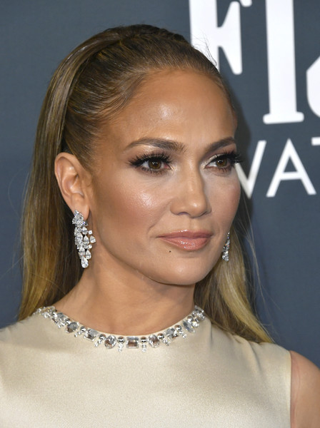 Jennifer Lopez went for a dazzling finish with a pair of diamond chandelier earrings by Harry Winston.