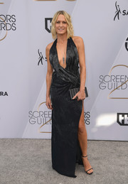 Robin Wright sizzled in a black Oscar de la Renta wrap gown with a plunging neckline and a high side slit at the 2019 SAG Awards.
