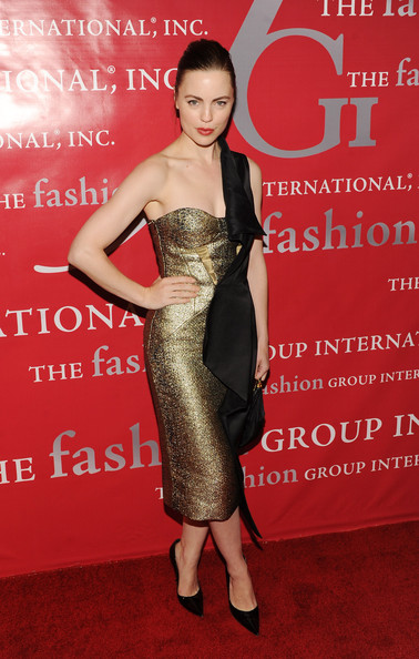 Melissa George struck a sophisticated pose in a pair of sleek black pumps. The classic heels looked fab with Melissa's gilded evening gown.