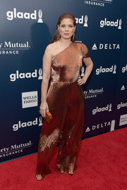 Debra Messing matched her outfit with a copper hard-case clutch.