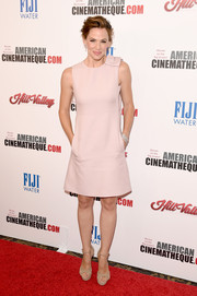 Jennifer Garner paired her dress with nude suede platform sandals.