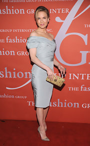 A glitz-embellished clutch contributed to Renee's Old Hollywood aura.