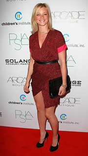 Amy Smart complemented her black leather belt with a matching quilted patent clutch.