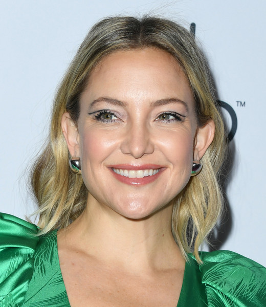 Kate Hudson sealed off her look with a pair of oversized gold studs.