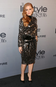 Isla Fisher polished off her look with a pair of black satin pumps.