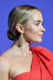 Emily Blunt added a heavy dose of glamour with a pair of diamond chandelier earrings by Fernando Jorge.