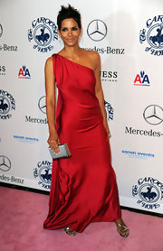 Halle looked amazing smoldering in a YSL Pre-Fall 2010 gown. Her raspberry asymmetrical gown drapes beautifully across her caramel skin. With her trademark pixie hairstyle Halle accessorized with a gunmetal box clutch and simple jewels.