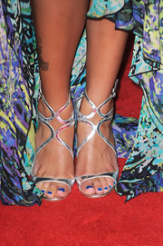 Denise Vasi matched her lovely dress with a pair of metallic strappy sandals.
