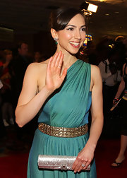 Eden Riegel paired her Grecian dress with a silver envelope clutch.