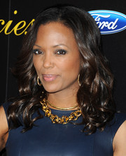 A chunky gold chain necklace finished off Aisha Tyler's look in fab style.