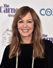 Allison Janney sported barely-there waves with side-swept bangs at the 2017 Carney Awards.