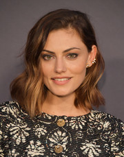Phoebe Tonkin looked stylish with her asymmetrical waves at the 2017 InStyle Awards.