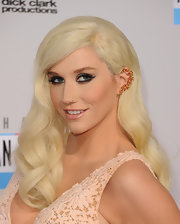 Ke$ha curled her long bleach-blonde tresses in genteel waves for the AMAs—and wow did she look gorgeous!