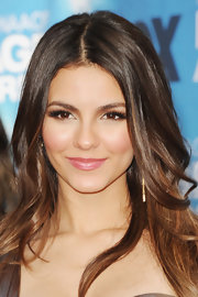 Victoria Justice paired her flawless look with fluttering lashes.