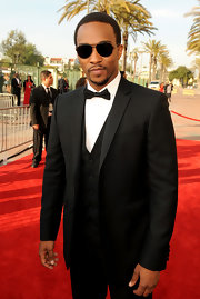Anthony Mackie topped off his formalwear with a pair of classic aviators.