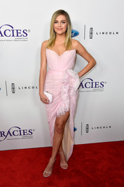 Kelsea Ballerini was sweet and glam in a strapless pink dress with ruffle detailing at the 2018 Gracie Awards.