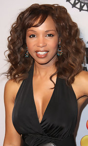 Elise Neal attended the 43rd NAACP Image Awards wearing a glossy nude lipstick with a hint of shimmer.