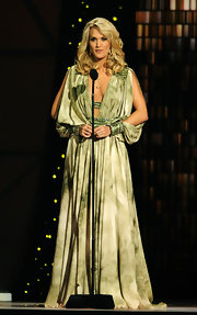 Carrie Underwood co-hosted the 45th Annual CMA Awards wearing a yellow gold 18-carat Stars of Africa full sapphire globe with floating diamonds necklace.