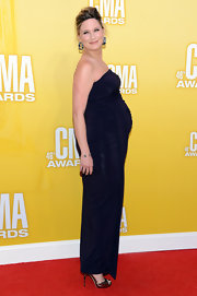 Jennifer Nettles was simply glowing in this strapless knit maternity gown. She braved wearing heels for the evening and accessorized with dangling navy earrings.
