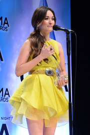 Kacey Musgraves paired a printed yellow belt with her cute cocktail dress for the 2013 CMA Awards.