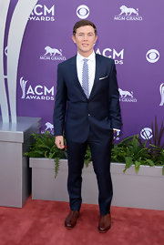 Scotty McCreery suited up in a contemporary navy blue suit, which he paired with a bright blue gingham tie.