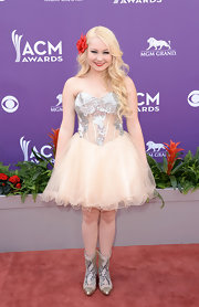 RaeLynn looked fun and flirty in a corset-style strapless dress, which featured a full tulle skirt and embellished bodice.