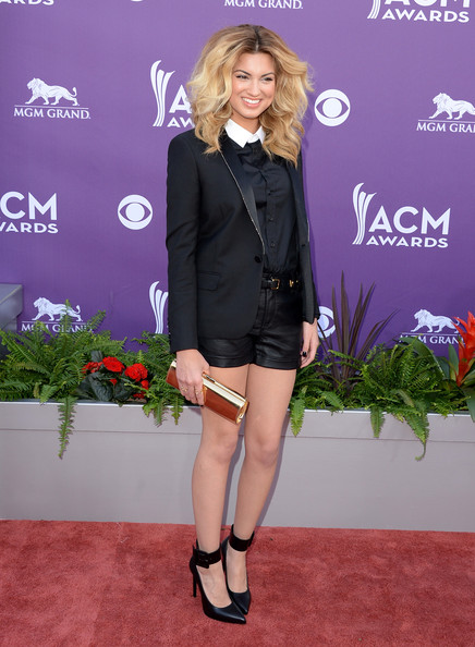 More Pics of Tori Kelly Metallic Clutch (2 of 11) - Tori Kelly Lookbook - StyleBistro [clothing,fashion,carpet,leg,outerwear,blazer,red carpet,footwear,suit,flooring,arrivals,tori kelly,las vegas,nevada,mgm grand garden arena,academy of country music awards]