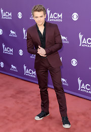 Hunter Hayes looked cool and snazzy in a stylish burgundy suit paired over a classic black button down.