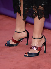 Faith Hill opted for simple black sandals with a touch of metallic pink.
