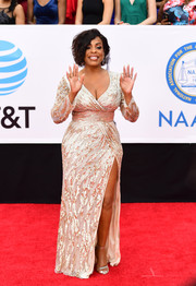 Niecy Nash glitzed up her curvy figure in a champagne sequin gown by Mac Duggal for the 2018 NAACP Image Awards.