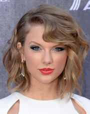 Taylor Swift brightened up her beauty look with jewel-tone eyeshadow.