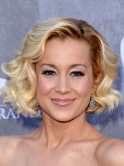 Kellie Pickler wore her hair in a retro-glam curled-out bob during the ACM Awards.