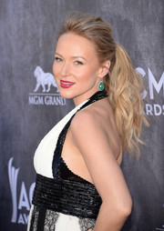Jewel pulled her hair back into an edgy-chic wavy ponytail for the ACM Awards.