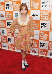 Zoe looked like she stepped off the set of a '60s TV show in this floral collared dress.